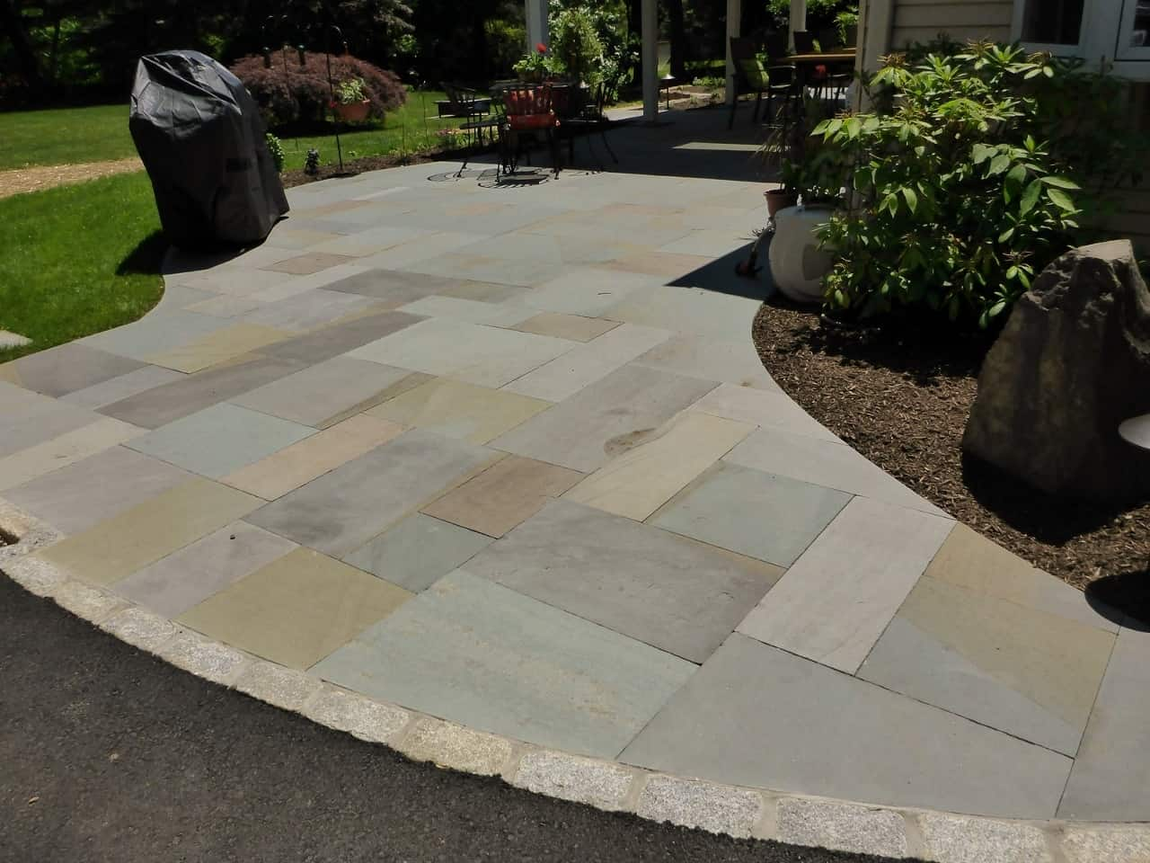 Variegated Thermal Paving with Belgium Block Border